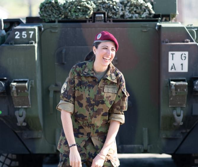Tamara Rancetti vor Panzer